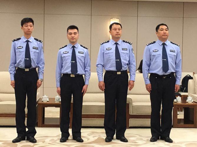 中国公安警服_巡逻时,两名中方警员着中国公安制式警服与两名意警员混合编组,在城市