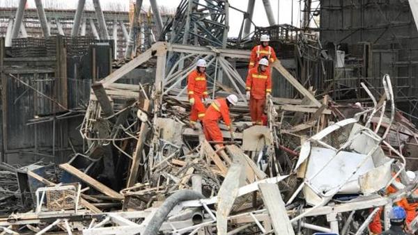 图为救援人员在现场进行救援。(图片来源:新华社) 中国日报网11月24日电 据新华社报道,24日7时左右,江西省丰城市电厂三期在建冷却塔施工平台倒塌,目前已造成40余人死亡。事故现场仍有人员被困,卫生、消防等救援人员已到达现场。