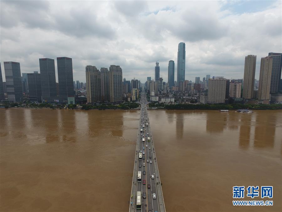湘江水位维持高位 长沙全力抗洪抢险