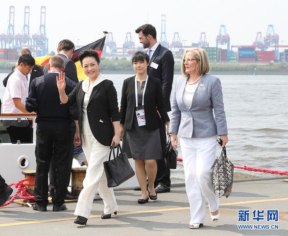 彭丽媛参观汉堡港
