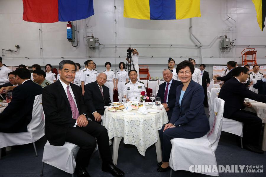 海军副司令员,航母编队指挥员丁毅(中)等出席甲板招待会.