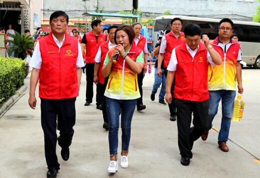 """穿上""""红马甲""""走进社区驻马店市领导为志愿服务点赞"""