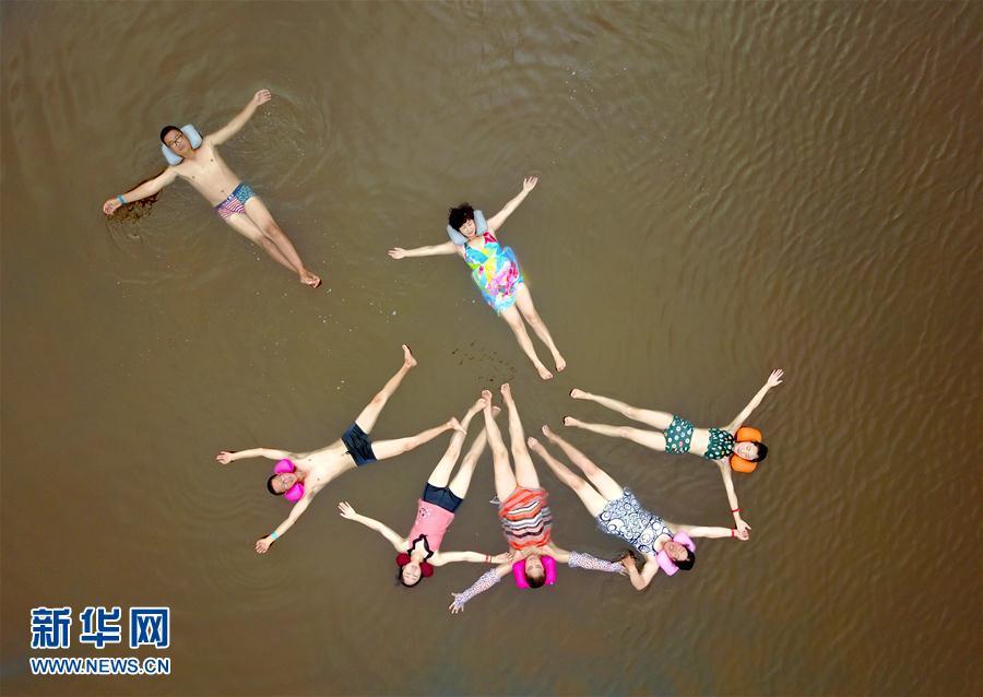 """7月20日,游客在大连金普新区海盐世界公园的""""死海""""高盐海水浴场体验"""