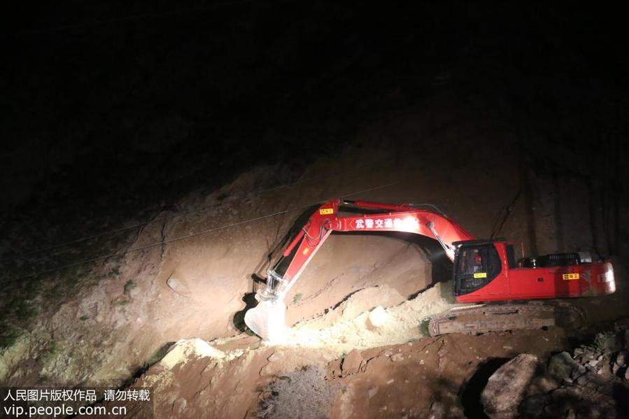 新藏公路新疆库地达坂段突发山岩崩塌 武警交通官兵星夜投入抢险