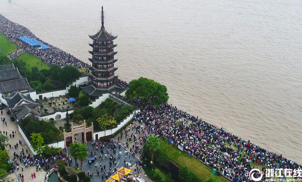 海宁:人潮江潮两相涌 11万人争睹钱塘潮