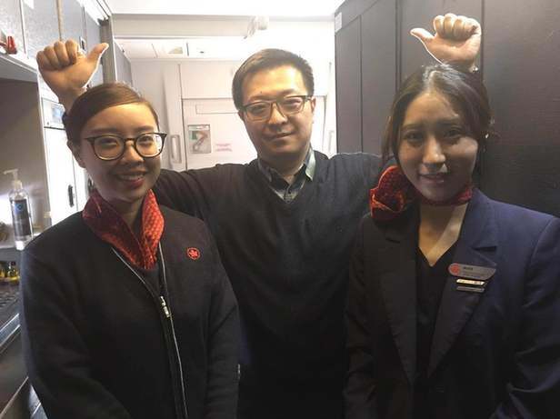 【暖新闻】回国航班上女华侨突发疾病,武汉医生白令海峡上空救治病人