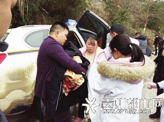 """【暖新闻】警车救援孕妇途中遇险成产房 女婴取名""""吴警冰"""""""