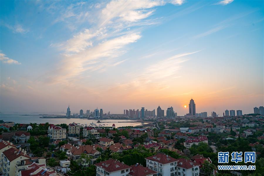 从碧海蓝天红瓦绿树到鳞次栉比摩天大楼,从鸥鸟翔集千帆点点的白昼