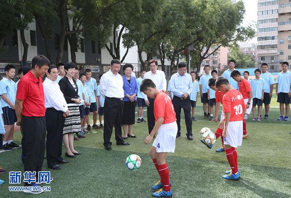 2016年9月9日,习近平在北京市八一学校体育场观摩小 ...
